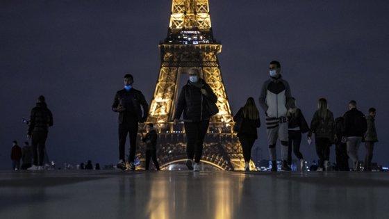 As autoridades sanitárias francesas têm contabilizadas 1.722 fontes de contágio em todo o país, mais 145 do que na sexta-feira