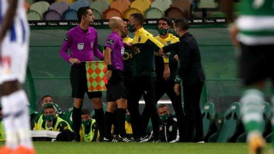 Rúben Amorim não gostou de ver Luís Godinho reverter decisão da grande penalidade (e expulsão) de Zaidu, protestou e acabou expulso