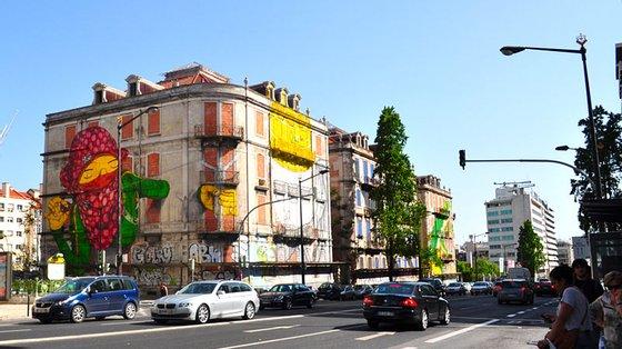 O projeto respeita o alinhamento do plano marginal e apresenta uma composição de fachadas numa métrica simples e regular