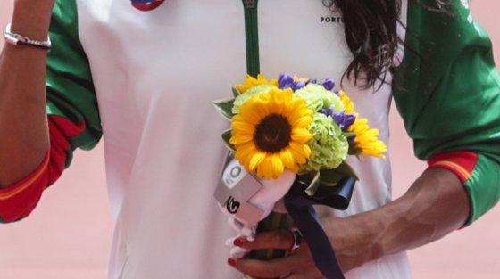 Patrícia Mamona, assim como todos os outros medalhados de Tóquio 2020, recebeu um ramo de flores no pódio