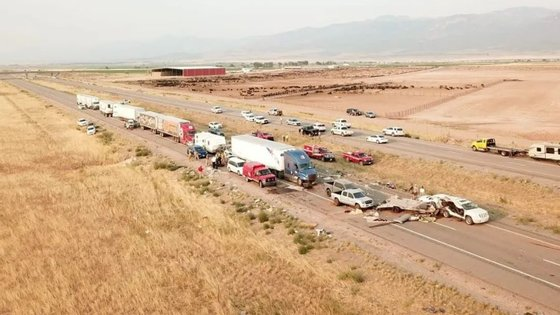 O acidente ocorreu na estrada interestadual 15, que teve de ser cortada nos dois sentidos