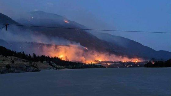 A vila durante a madrugada de quinta-feira a ser consumida pelas chamas ©Edith Loring Kuhanga/Facebook