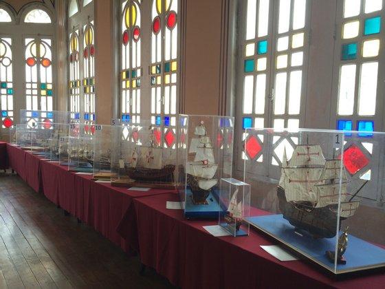 Exposição de 29 miniaturas de navios, todas feitas à mão