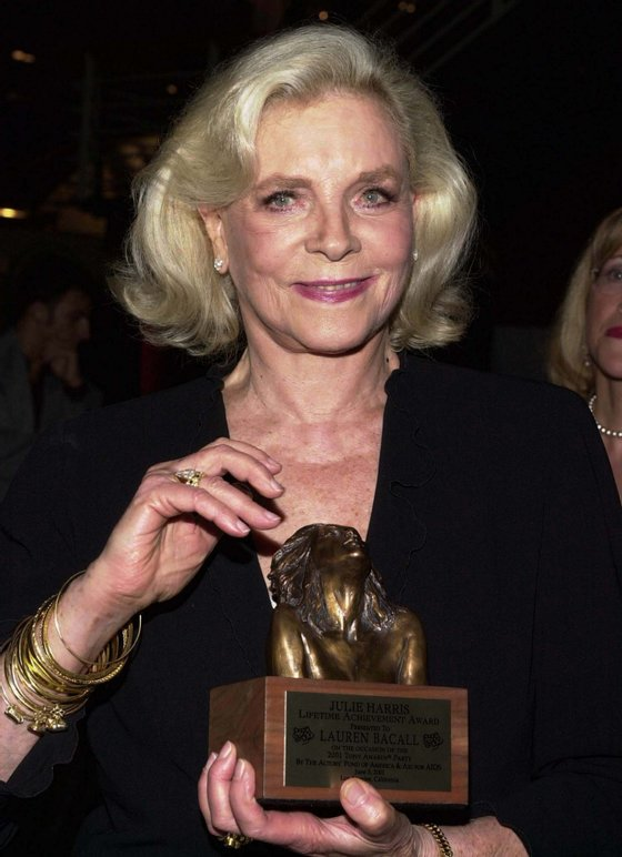 US actress Lauren Bacall poses with the Julie Harris Lifetime Achievement Award she received at the 2001 Los Angeles Tony Awards Party in Santa Monica, California, 03 June 2001.   AFP PHOTO/Lucy NICHOLSON        (Photo credit should read LUCY NICHOLSON/AFP/GettyImages)