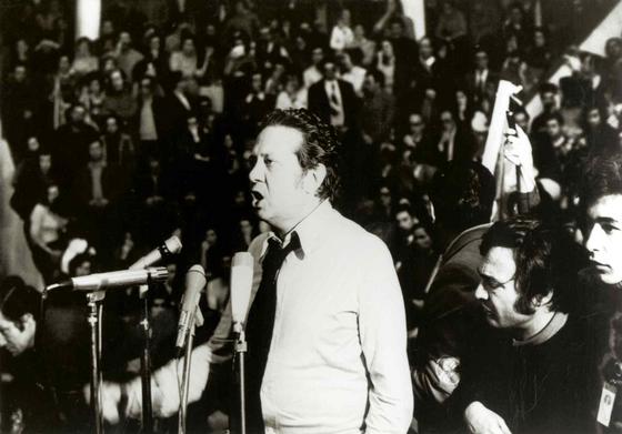 Mário Soares discursa durante um comício do Partido Socialista (PS) no Pavilhão dos Desportos, Lisboa. 1975.