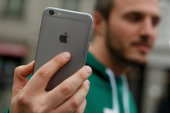 MADRID, SPAIN - SEPTEMBER 26: A man shows his new iPhone outside Puerta del Sol Apple Store as Apple launches iPhone 6 and iPhone 6 Plus on September 26, 2014 in Madrid, Spain. Customers started to queue 20 hours prior to the opening of the store for the launch of Apple's new smartphones. (Photo by Pablo Blazquez Dominguez/Getty Images)