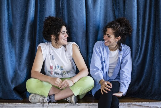 Lisboa, 24/06/2015 - Entrevista no Ateneu da Madre Deus, com as Pega Monstro, duo de rock formado pelas irmãs Júlia (bateria) e Maria (voz e guitarra) Reis que lançam o álbum Alfarroba. ( Filipe Amorim / Global Imagens )