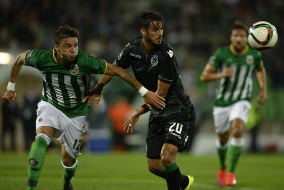 Rio Ave's Brazilian defender Lionn (L) vies with Sporting's Costa Rican forward Bryan Ruiz during the Portuguese league football match Rio Ave FC vs Sporting CP at Arcos stadium in Vila do Conde on September 13, 2015. AFP PHOTO/ MIGUEL RIOPA (Photo credit should read MIGUEL RIOPA/AFP/Getty Images)