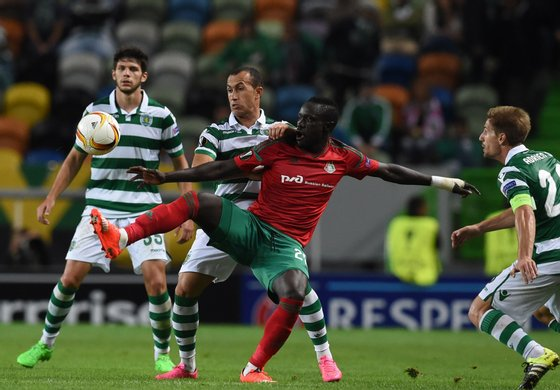Sporting's Brazilian defender Jefferson (2ndL) vies with Lokomotiv's Senegalese forward Baye Oumar Niasse during the UEFA Europa League group H football match Sporting CP vs Lokomotiv Moskva at the Jose Alvalade stadium in Lisbon on September 17, 2015. AFP PHOTO/ FRANCISCO LEONG (Photo credit should read FRANCISCO LEONG/AFP/Getty Images)
