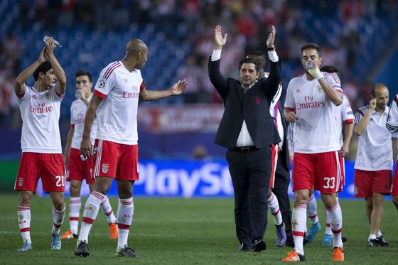 MADRID, SPAIN - SEPTEMBER 30: Head coach Rui Vitoria (2ndR) of SL Benfica greets their fans surrounded by his players after winning the the UEFA Champions League Group C match between Club Atletico de Madrid and SL Benfica at Vicente Calderon Stadium on September 30, 2015 in Madrid, Spain.  (Photo by Gonzalo Arroyo Moreno/Getty Images)