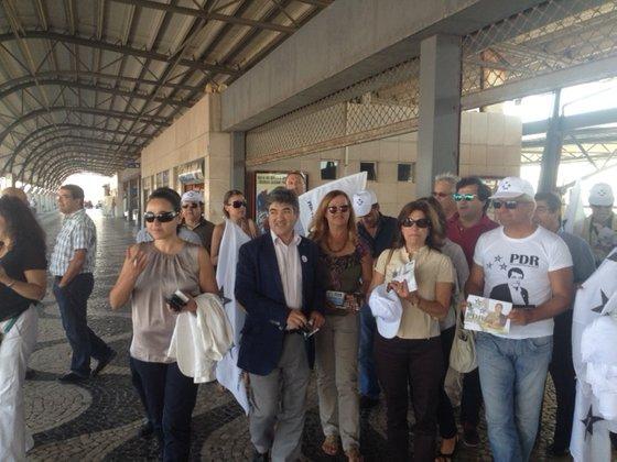 João Marrana, ao centro, de casaco, em campanha no distrito de Setúbal, onde é cabeça de lista pelo PDR