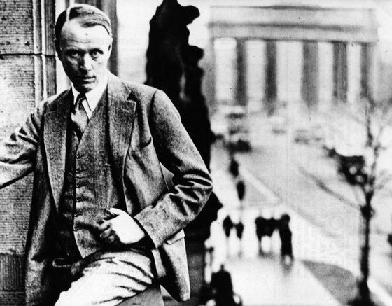 circa 1925: US novelist (Harry) Sinclair Lewis (1885 - 1951) on the balcony of the Adlon Hotel at Berlin. (Photo by Keystone/Getty Images)