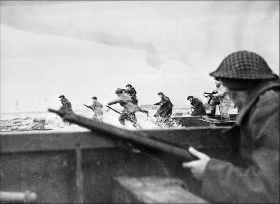 Les troupes canadiennes débarquent sur la plage de Courseulles en Normandie, le 06 juin 1944, au cours du fameux jour J de la seconde guerre mondiale au cours duquel 60.000 hommes, Américains, Britanniques, Canadiens et Français débarquèrent sur les côtes normandes. Canadian soldiers land on Courseulles beach in Normandy, 06 June 1944 as Allied forces storm the Normandy beaches on D-Day. D-Day, 06 June 1944 is still one of the world's most gut-wrenching and consequential battles, as the Allied landing in Normandy led to the liberation of France which marked the turning point in the Western theater of World War II. AFP PHOTO (Photo credit should read STF/AFP/Getty Images)