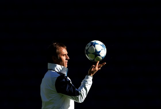 Porto's Spanish coach Julen Lopetegui palys with the ball during a training session at the Dragao stadium in Porto on November 23, 2015, on the eve of the UEFA Champions League football match FC Porto vs Dynamo Kiev. AFP PHOTO / FRANCISCO LEONG / AFP / FRANCISCO LEONG (Photo credit should read FRANCISCO LEONG/AFP/Getty Images)