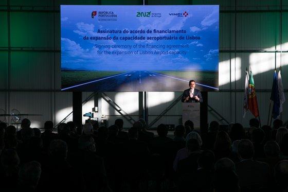 ASSINATURA DO ACORDO DE FINANCIAMENTO PARA AUMENTAR A CAPACIDADE AEROPORTUÁRIA DE LISBOA. O acordo de financiamento da expansão da capacidade aeroportuária de Lisboa entre a ANA Aeroportos de Portugal   VINCI Airports e o Governo português foi assinado na terça-feira, 8 de janeiro, em cerimónia que teve lugar às 15h00 na Base Aérea nº 6, no Montijo. A cerimónia contou com a presença do Primeiro-Ministro, António Costa, do Ministro do Planeamento e das Infraestruturas, Pedro Marques, do Chairman e CEO da VINCI, Xavier Huillard e do Presidente da VINCI Airports, Nicolas Notebaert. JOÃO PORFÍRIO/OBSERVADOR