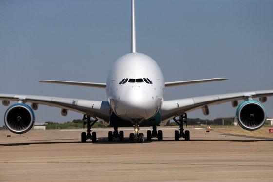 Um airbus A380, da companhia aérea Hi Fly, aterra na pista do Aeroporto de Beja. Esta cidade alentejana, para além das Lajes, é o aeroporto nacional que dispõe de uma pista com largura e comprimento suficientes para permitir que este Airbus A380 aterre e estacione. Beja, 23 de julho de 2018. NUNO VEIGA/LUSA