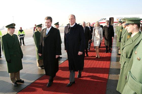 König Juan Carlos I. von Spanien (re.), Günther H. Oettinger (Mi