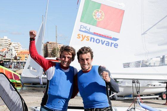 A dupla portuguesa de velejadores, Pedro e Diogo Costa, posam para a fotografia após terem sido apurados para os Jogos Olímpicos de Tóquio2022, no final do campeonato do Mundo de classe 470, em Vilamoura, Faro, 12 de março de 2021. LUÍS FORRA/LUSA