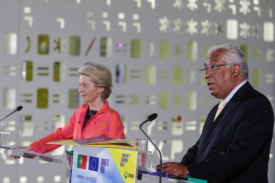 The President of the European Commission, Ursula von der Leyen (L) during the press conference with portuguese Prime Minister António Costa (R), after their meeting on the Pavilion of Knowledge in Lisbon, 16th june 2021. TIAGO PETINGA/LUSA