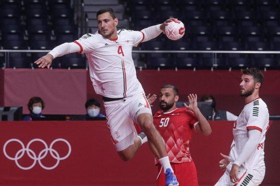 O jogador da seleção nacional, Pedro Portela, remata contra o Bahrein, no jogo da fase de grupo de andebol, no estádio Yoyogi em Tóquio, 26 de julho de 2021. TIAGO PETINGA/LUSA