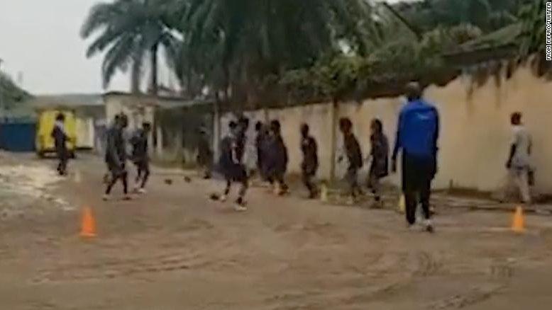 Seleção feminina sub-20 da RD Congo treina na rua