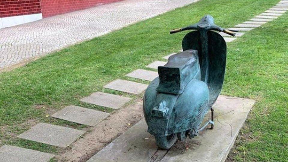 Estátua de bronze do Vespa Clube Lisboa desapareceu