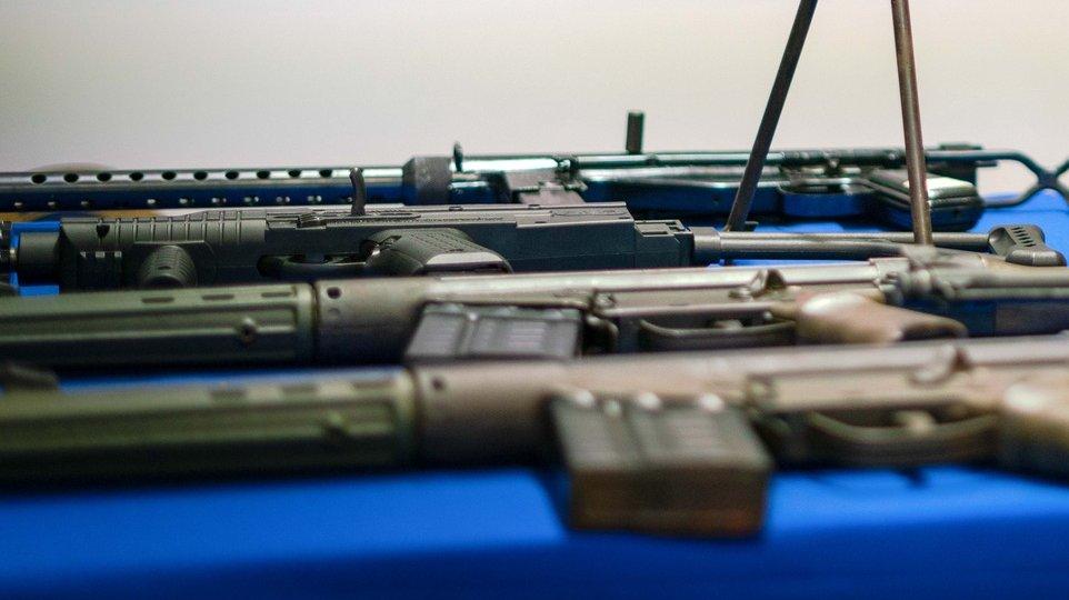 """A Polícia Judiciária (PJ) apresentou hoje material apreendido na sequência de uma investigação sobre Tráfico de Armas """"Operação Ibéria """", na região Norte do País, Vila Real, 14 de outubro de 2020. Foram detidas 52 pessoas no âmbito de megaoperação de combate ao tráfico e mediação de armas que decorreu na zona Norte do país e coordenada pelo departamento de Vila Real. PEDRO SARMENTO COSTA/LUSA"""