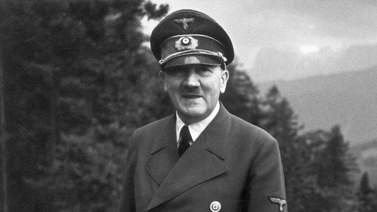 O fim das teorias da conspiração: Hitler suicidou-se mesmo, em Berlim, em  1945, com um tiro e uma ampola de cianeto – Observador